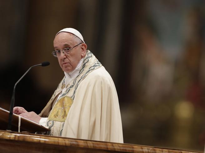 Il messaggio del Papa: «Siamo in debito  con i giovani, li obblighiamo a emigrare»