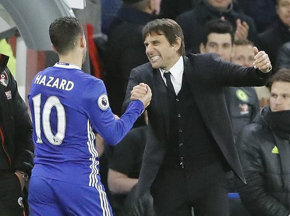 Antonio Conte con Eden Hazard (Ap)