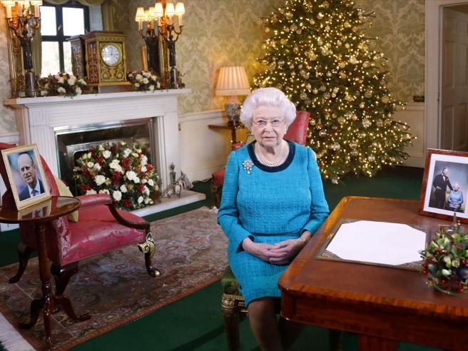 Londra, la regina Elisabetta ancora influenzata, salta la messa di Capodanno