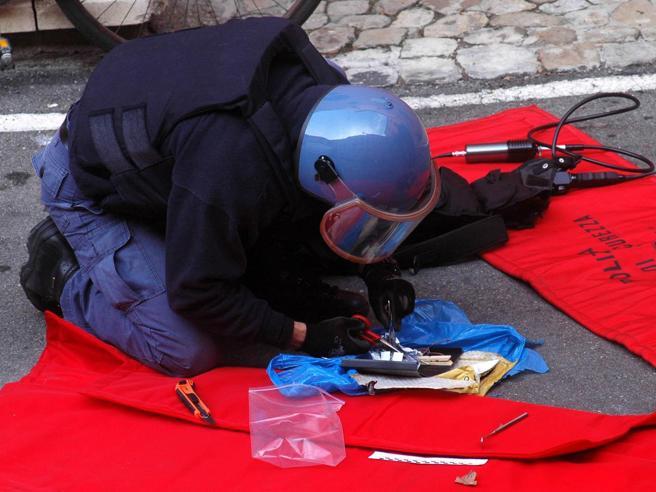 Firenze: scoppia pacco-bomba, ferito artificiere della polizia