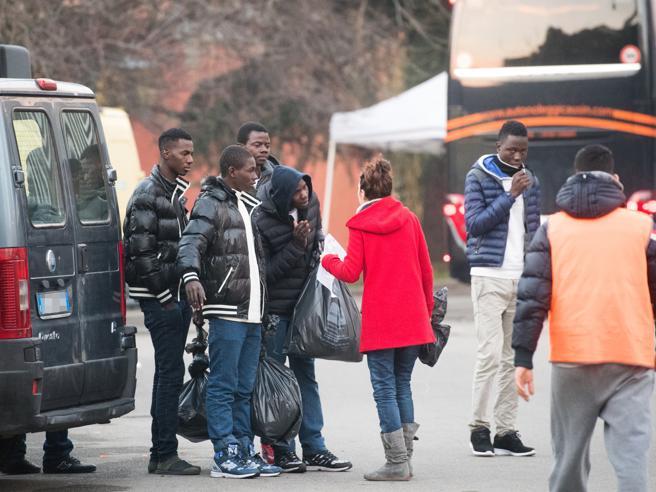 Migranti, il rapporto: «Cie inefficaci, producono clandestini invece di aiutare le espulsioni»