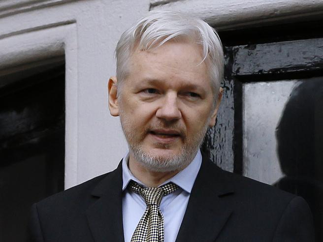 L'utima mossa di Trump: invoca  Assange contro gli 007