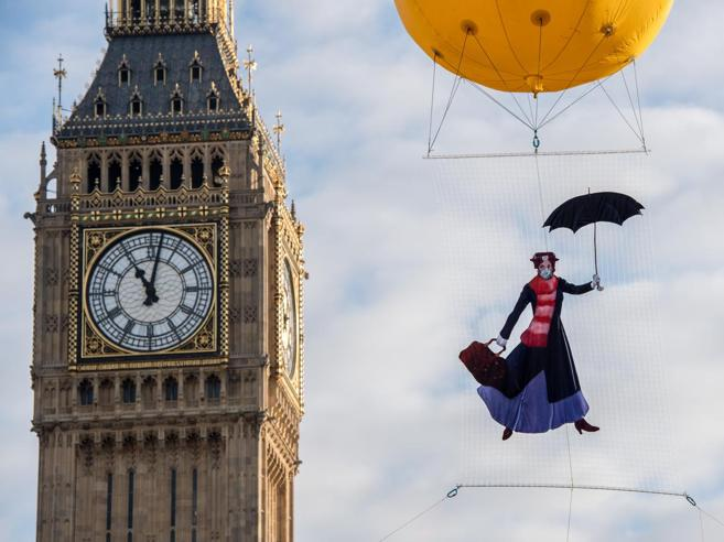 Mary Poppins, tata «anti-smog»  in volo per conto di Greenpeace