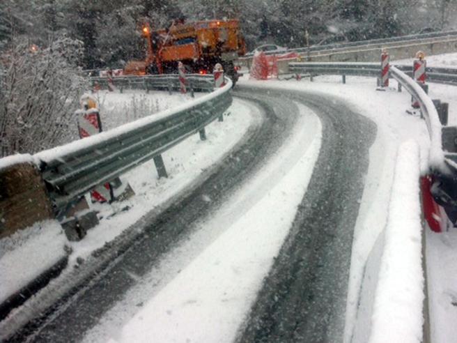 Maltempo, interrotta la linea ferroviaria adriatica. Neve e vento forte al centrosud