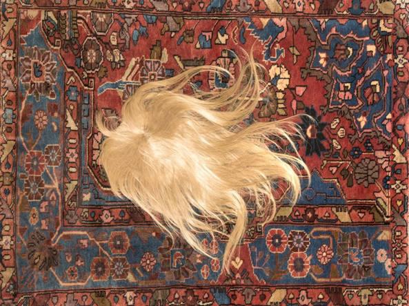Nina Beier (1975), Minutes (2013, tappeto wagireh, parrucca realizzata con capelli naturali, vetro, schiuma). L'artista danese vive a Berlino