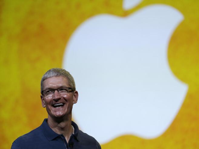 Apple taglia del 15% lo stipendio al ceo Cook: «Non ha raggiunto gli obiettivi di vendita»