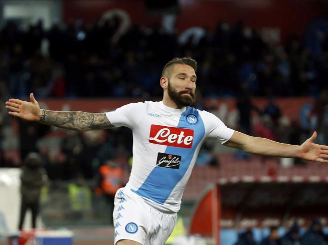 Napoli soffre ma piega la Sampdoria. Tonelli debutta e inventa  il colpo del ko al 95'