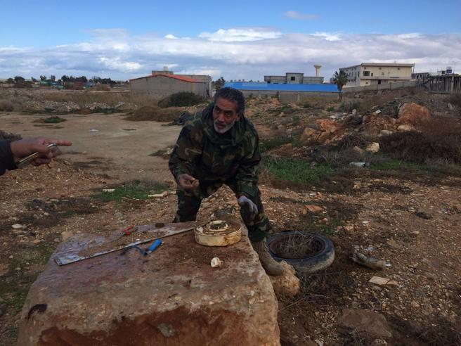 La vita a Bengasi e le mani di Fathi, che va a «pescare» le mine dell'Isis