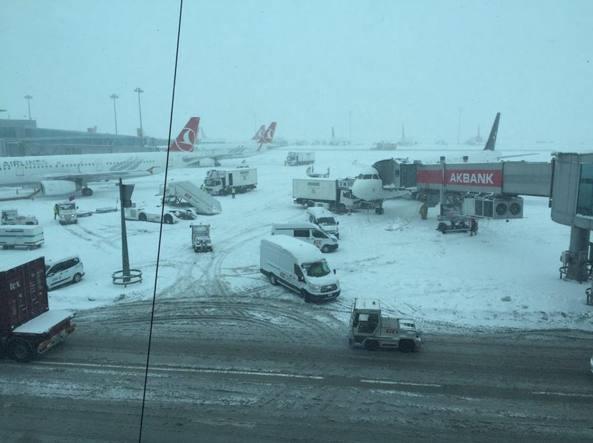 Emergenza neve ad Istanbul, italiani bloccati in aeroporto
