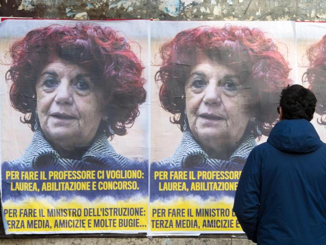Roma tappezzata di manifesti anonimi contro la ministra Fedeli