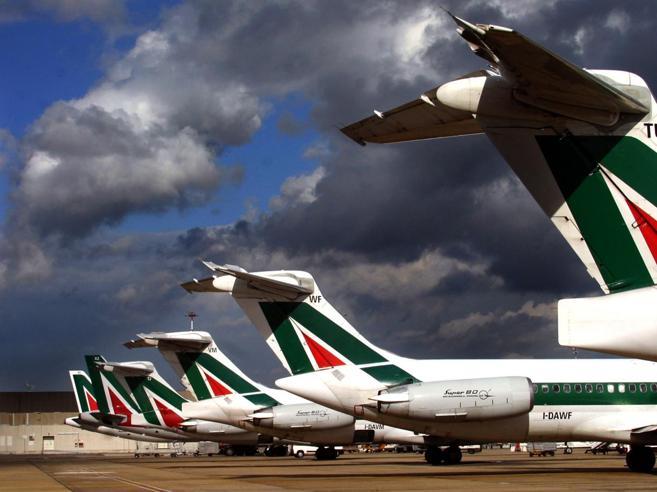 Crisi Alitalia, il richiamo del governo «Prima il piano, poi il dossier esuberi»
