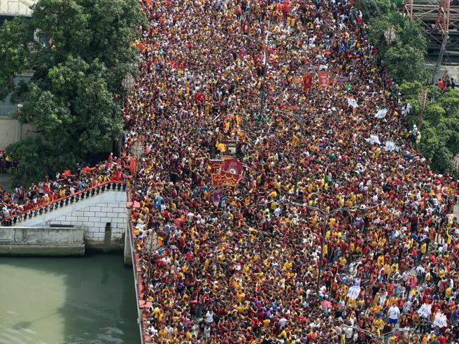 C'è la processione del  Cristo nero: il ponte di Manila è stracolmo di fedeli  Immagini