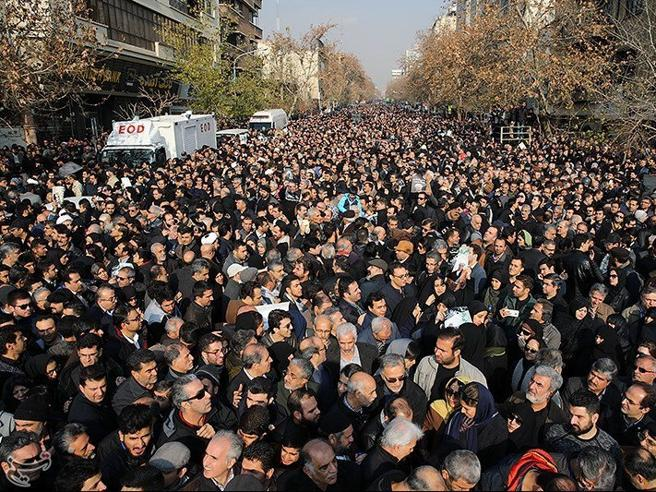 Teheran, una folla oceanica per i funerali di Rafsanjani|Foto