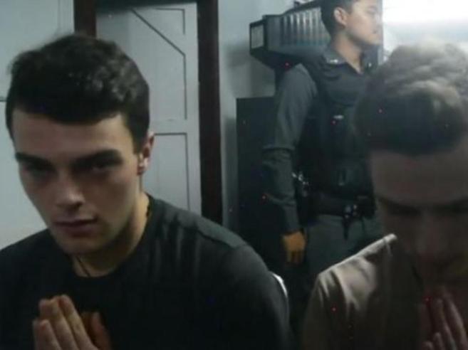 Bangkok, multa ed espulsione per i due italiani fermati dopo avere strappato le bandiere