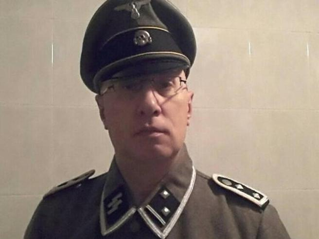 Il vigile vestito da SS  sarà sospeso Il sindaco: «Posto a rischio» Foto
