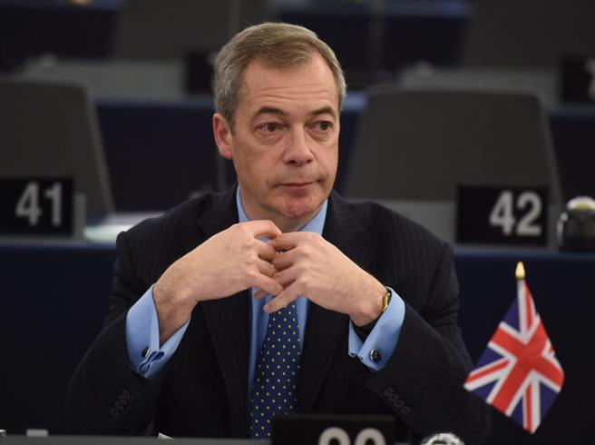 I 5 Stelle tornano da Farage. Che detta le condizioni per restare nel gruppo«Una farsa» «Sono ridicoli» - Le reazioni