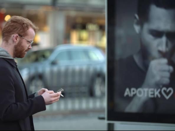Il cartellone «anti fumo» esposto a Stoccolma