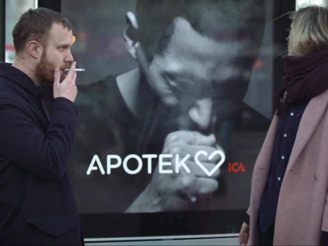 Fumi? Il cartellone pubblicitarioinizia a tossire Foto | Video