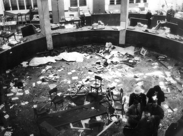 Il salone della Banca Nazionale dell'Agricoltura in piazza Fontana a Milano dopo l'attentato del 12 dicembre 1969 (foto Rcs Quotidiani)
