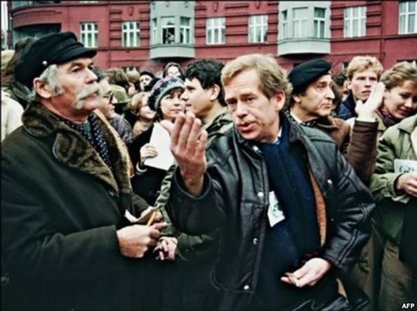 Vaclav Havel (a destra) con altri firmatari di Charta 77 a Praga