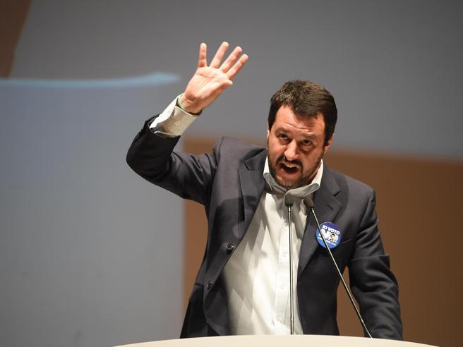 Salvini: «Ai migranti diamo le noccioline Bello Figo? Colga banane e pomodori»