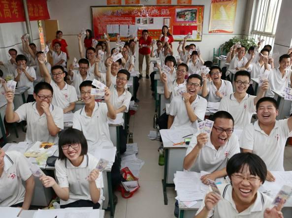 Studenti impegnati nel famigerato «gaokao», l'esame di maturità cinese da cui dipende la possibilità di accedere alle migliori università (Reuters)