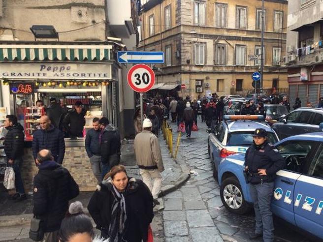 Bimba ferita a Napoli, tre fermi per la sparatoria al mercato di Forcella Foto