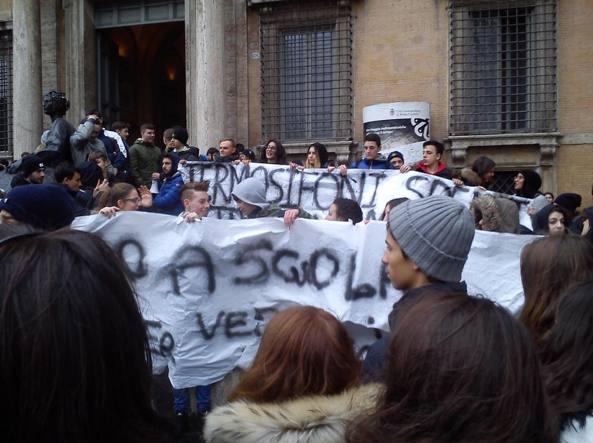 (Scuole chiuse per il freddo: protesta degli studenti a Roma)
