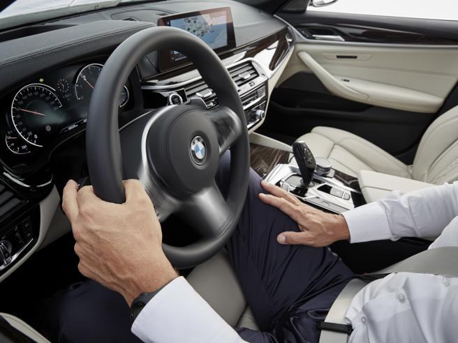 Sulla Serie 5 a guida semiautomatica«Mani sul volante bitte» Le foto