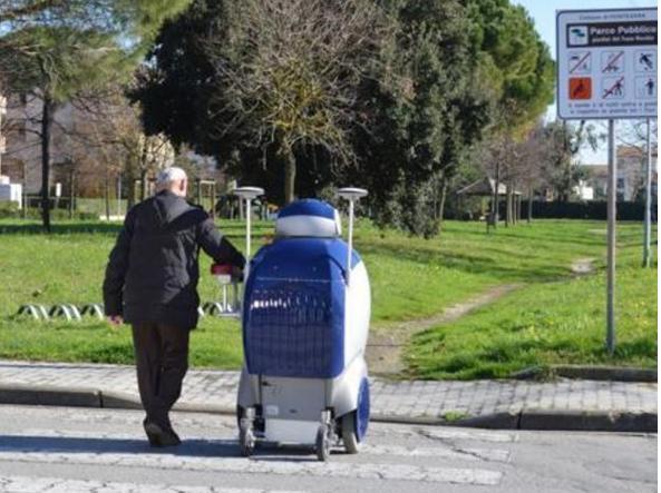 Siamo a Peccioli (Pisa): un robot sperimentale della Scuola Superiore Sant'Anna aiuta un anziano ad attraversare la strada