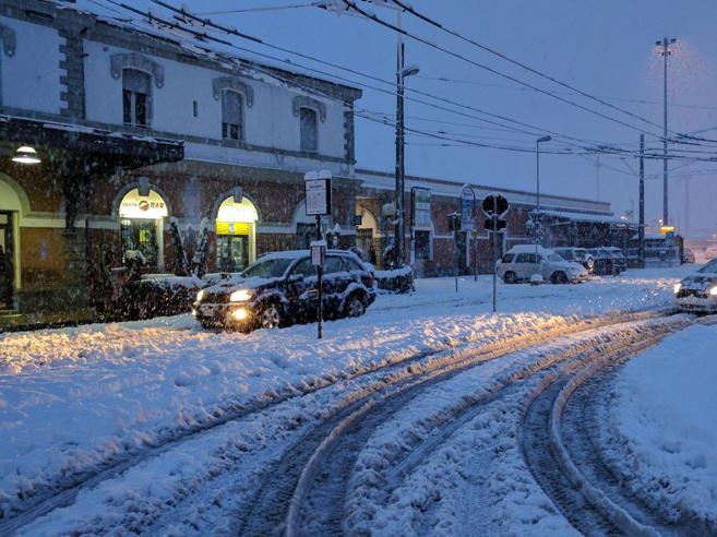 Neve in Abruzzo, arriva l'esercito...</div></li>         <li class=