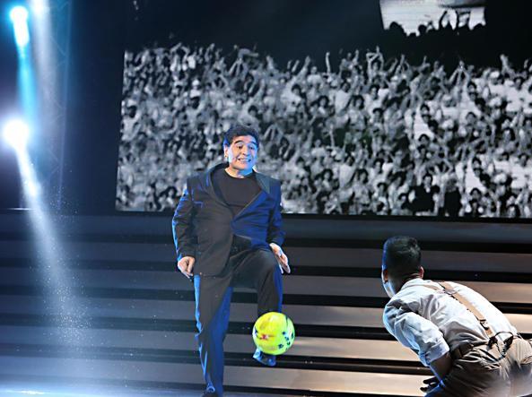 Napoli, è arrivato Maradona. La gente lo acclama, lui urla