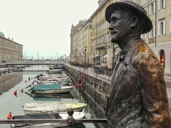 La statua di James Joyce sul Ponterosso di Trieste. Lo scrittore dublinese visse a Trieste tra il 1905 e l'inizio della prima guerra mondiale