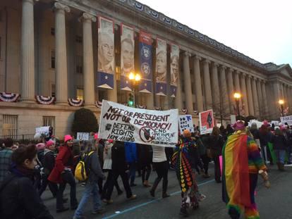 Gli slogan, i volti: dentro la marcia delle donne contro Trump