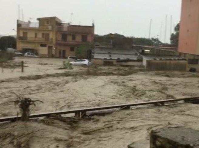 Piove al Sud: scuole chiuse In Sicilia muore un pensionato   Famiglie evacuate in CalabriaIl fulmine sul semaforo|meteo
