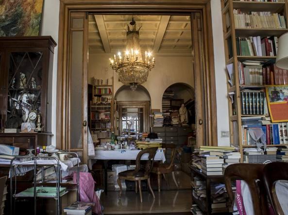 La casa di Gerardo Marotta, dove l'avvocato e filosofo ha portato alcuni dei libri salvati dalla sede storia dell'Istituto per gli Studi Filosofici, il settecentesco Palazzo ducale Serra di Casano (Foto di Lucia Casamassima)