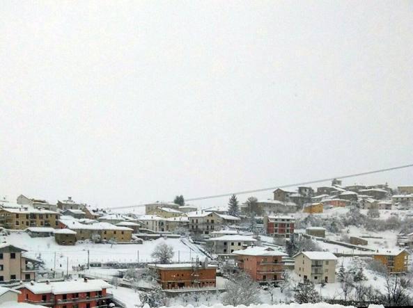Montereale, epicentro del terremoto del 18 gennaio, sotto la neve (Ansa)