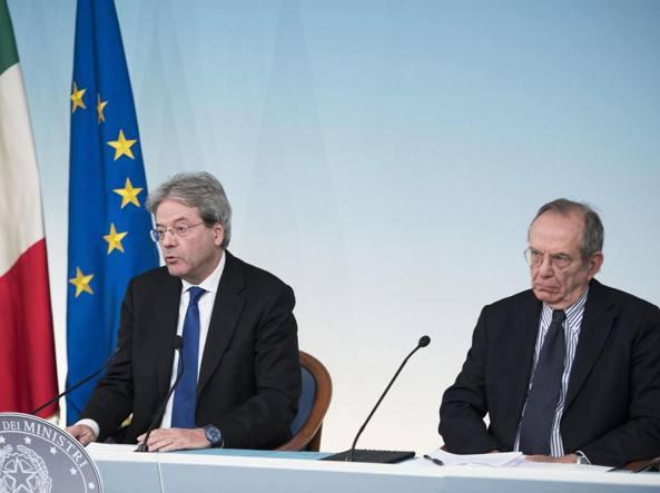 Il presidente del Consiglio Paolo Gentiloni con il ministro dell'Economia Pier Carlo Padoan