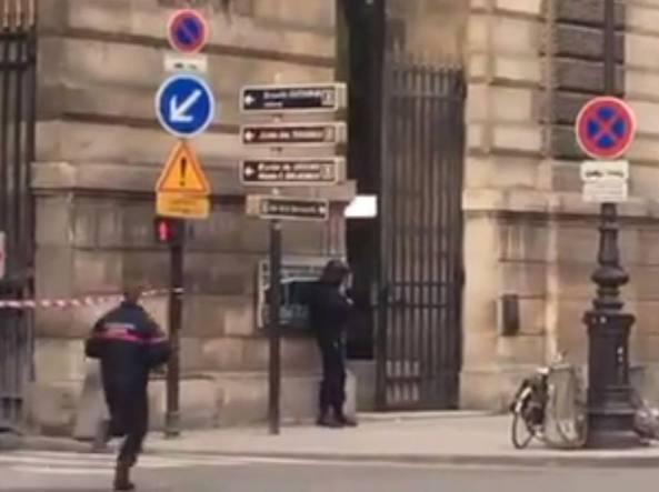 Parigi, attentato al Louvre: l'uomo gridava