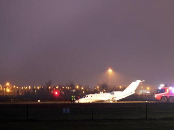 Jet Privato Aeroporto : Bologna jet privato va fuori pista chiuso lo scalo fino