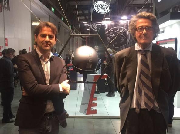 Marco Cattaneo di MomoDesign con Vittorio Pellegrini dell'Iit di Genova. Tra loro il casco in grafene