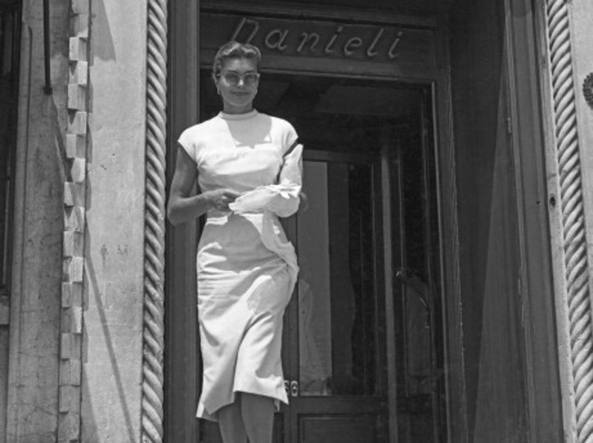 L'attrice americana Esther Williams esce dal Danieli a Venezia nel 1957 (Getty Images)