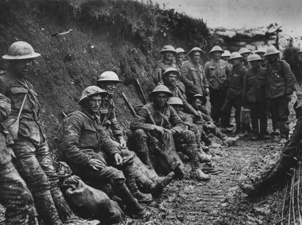 Un gruppo di soldati britannici in trincea. La foto è stata scattata in Francia il primo luglio 1916 all'inizio della battaglia della Somme