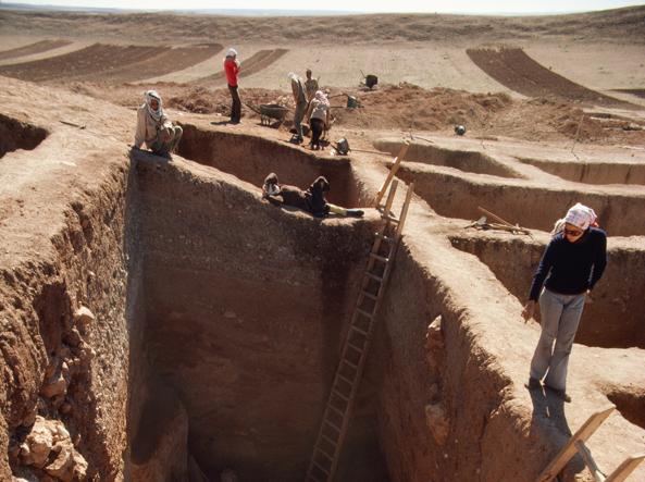 Un gruppo di archeologi internazionali al lavoro negli scavi di Ebla prima della guerra