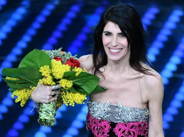 La cantante Giorgia con un mazzo di fiori sanremesi