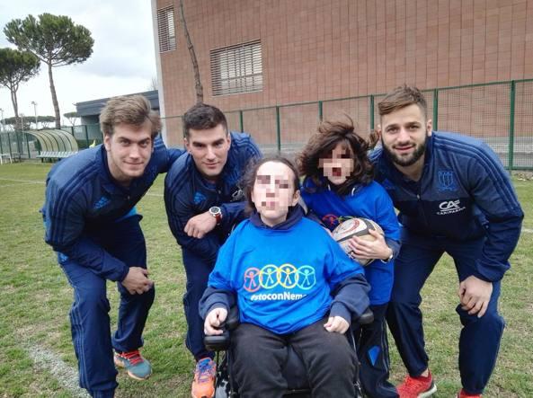 Alessandro e Riccardo (al centro), con alcuni giocatori della Nazionale: da sinistra Federico Ruzza, Tommaso Boni e Angelo Esposito