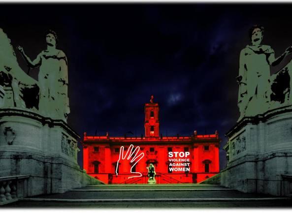Campidoglio illuminato contro la violenza sulle donne (Ansa)