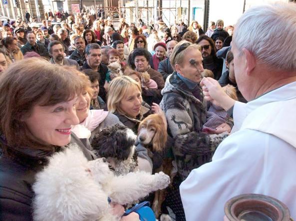 La benedizione degli animali nella chiesa di Sant'Eusebio a Roma (Ansa)