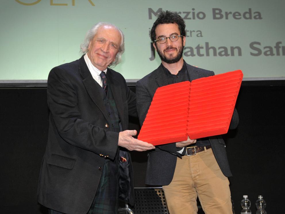 Jonathan Safran Foer riceve dall'artista Pino Pinelli il premio de «la Lettura» (foto Matteo Corner / LaPresse)