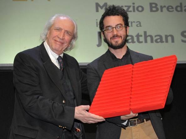 Jonathan Safran Foer riceve dall'artista Pino Pinelli il premio de «la Lettura» (foto Matteo Corner/LaPresse)